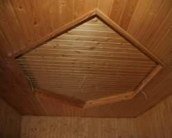 Отделка потолка деревянными рейками